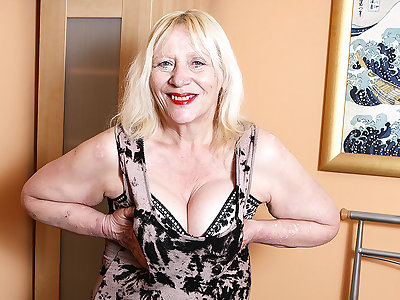 Raunchy British Housewife Playing Fro Her Prudish Snatch - MatureNL