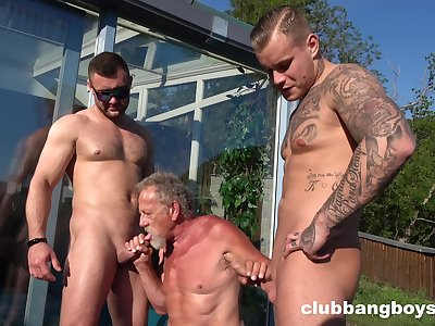 Old gay man sucks two energized dicks in outdoor XXX